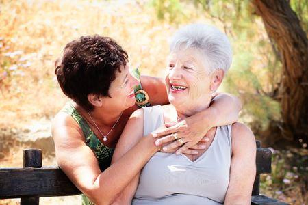 mujeres mayores: Hermosa madre senior y su hija que se divierten  Foto de archivo