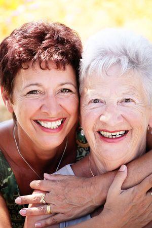 mujeres ancianas: Hermosa madre senior e hija