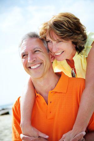 pareja saludable: Feliz pareja madura sonriente y abrazando.  Foto de archivo