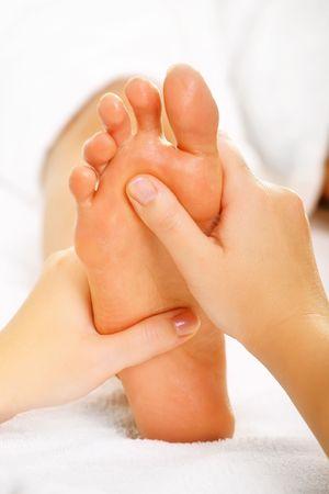 reflexologie plantaire: Massage et spa traitement pied au pied. Banque d'images