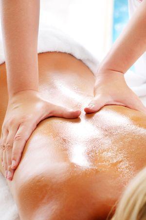 massage oil: Massage Techniques VI - femme recevant des massages professionnels. Banque d'images