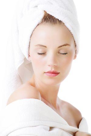 Ontspanning - mooie jonge vrouw geïsoleerd op een witte achtergrond.