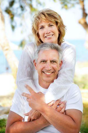 mujeres mayores: Retrato de primer plano de una pareja madura sonriente y abrazar.