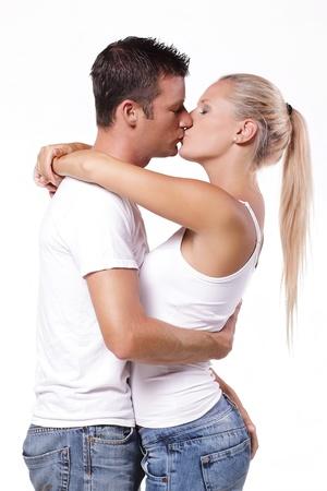 parejas sensuales: Sexy joven pareja bes�ndose. Aislados sobre fondo blanco. Foto de archivo