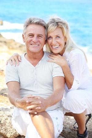 pareja madura feliz: Feliz pareja madura al aire libre