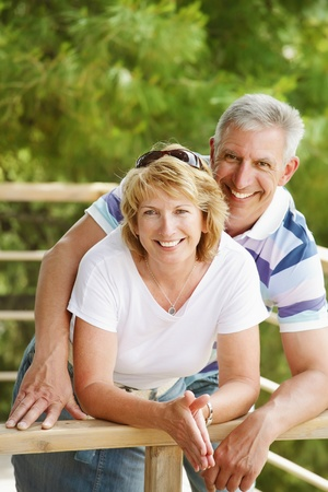 Couple matures souriant et embrasser Banque d'images