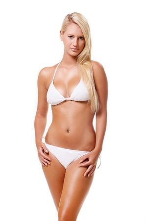 Belle jeune femme isolée sur fond blanc