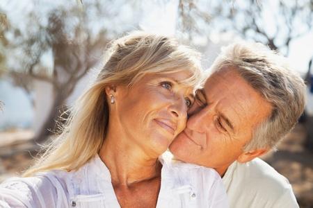 mujeres mayores: Retrato de una pareja romántica al aire libre, feliz.