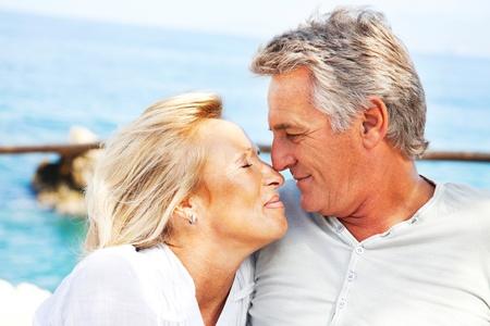 Portrait d'un couple heureux à l'extérieur romantiques.