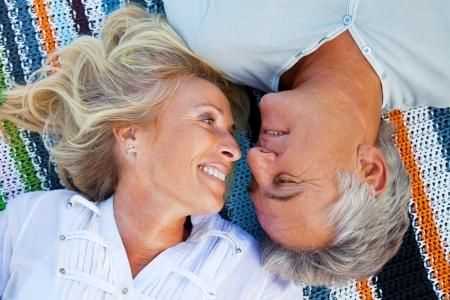 personnes �g�es: Portrait d'un couple heureux � l'ext�rieur romantiques.