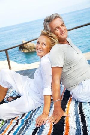 tercera edad: Retrato de una feliz pareja rom�ntica al aire libre. Foto de archivo