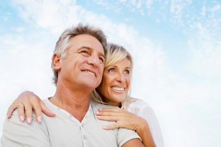 personnes �g�es: Portrait d'un heureux couple romantique en ext�rieur.