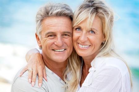 mujeres mayores: Retrato de una feliz pareja romántica al aire libre. Foto de archivo