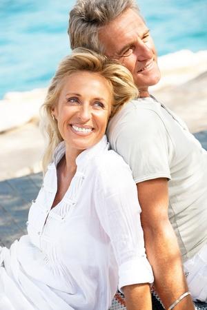 parejas felices: Retrato de una pareja romántica al aire libre felices. Foto de archivo