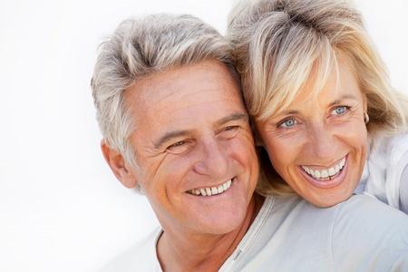mujeres mayores: Retrato de una pareja romántica feliz.