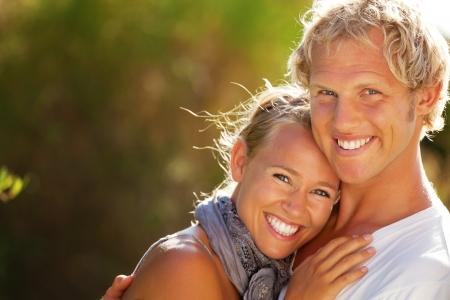 ni�as sonriendo: Feliz pareja joven. DOF bajo con el foco en el hombre.