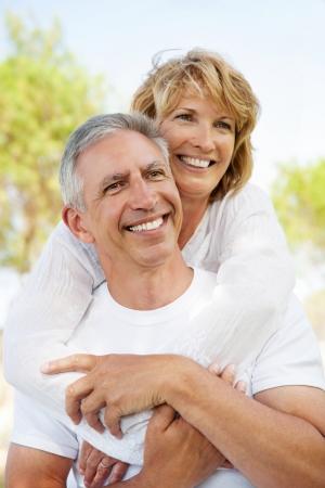 Portrait d'un couple heureux à l'extérieur matures