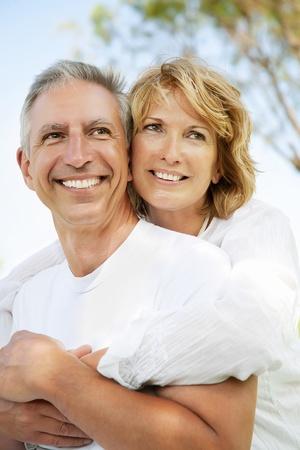 parejas felices: Retrato de un par de adultos al aire libre, feliz