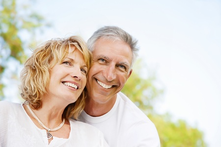 edad media: Retrato de un par de adultos al aire libre, feliz