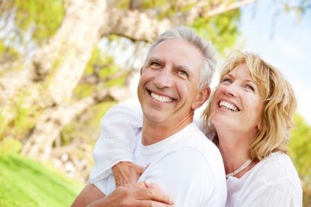enjoy life: Ritratto di una coppia felice all'aperto maturi