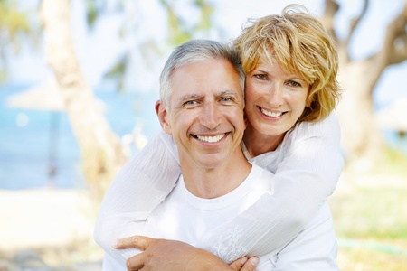 old dame: Ritratto di una coppia felice all'aperto maturi