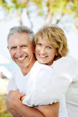 pareja madura feliz: Retrato de un par de adultos al aire libre, feliz