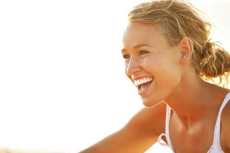 Close-up d'une jeune femme souriante Banque d'images