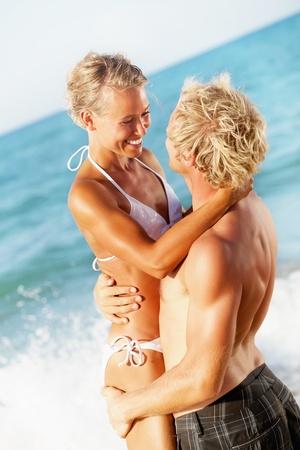 Bonne jeune couple sur la plage
