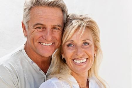 esposas: Pareja madura sonriente y abrazando