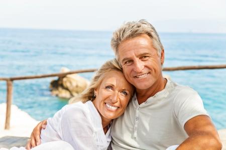 parejas felices: Pareja madura sonriente y abrazando