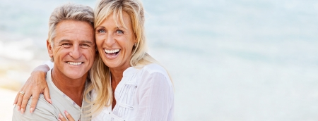 sonrisa: Pareja madura sonriente y abrazando