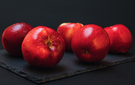Red Apples on Black Background Stockfoto