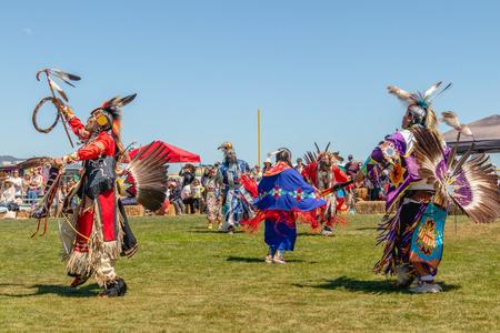 Bailarines nativos americanos en Pow-Wow en Malibu, California. 2019 21 ° Día anual de Chumash Powwow y reunión intertribal, Malibu, California, 13 de abril de 2019 Editorial