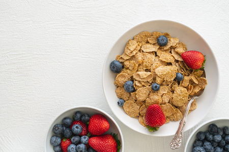 Toasted Oatmeal Flakes with Milk and Fresh Berries, Close up, in White Background, Copy Space.  Good Source of Fiber and Vitamins Stockfoto