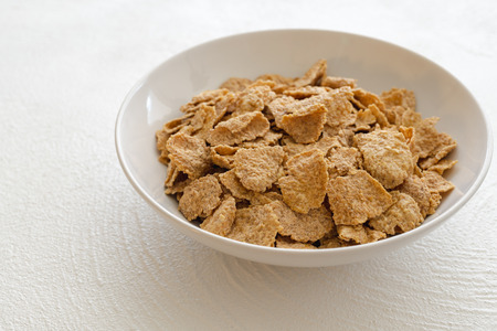 Bowl of Toasted Oatmeal Flakes in White Background Tasty, Healthy Breakfast, Good Source of Fiber and Vitamins Stockfoto