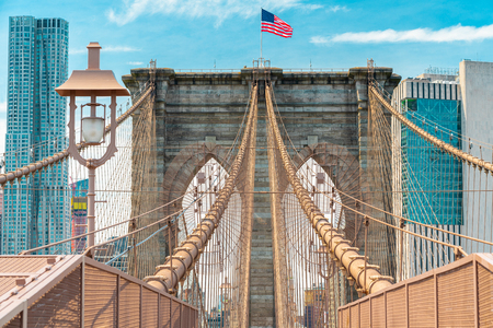 Brooklyn Bridge and Manhattan Skyline. Architectural Details, Iconic Steel Cables, American Flag. New York City Banco de Imagens
