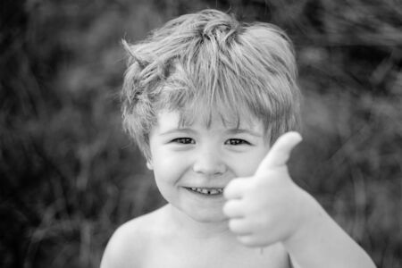Thumbs up. Happy child. Portrait of a handsome boy. The child is happy and shows a gesture ok. Sweet kids face. Foto de archivo - 129177207