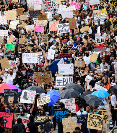 Miami Downtown, FL, USA - JUNE 12, 2020: Black Lives Matter. Demonstration. Protesters and posters. Thousands of people on US streets take part in demonstrations against racism 新聞圖片