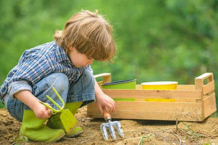 Child on the farm. Organic food growing. 免版税图像
