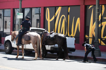 Los Angeles, California, USA - 2020 Horse Police in LA. On the streets. 免版税图像