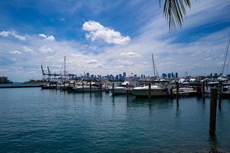 Yachts in Miami. Expensive vacation on the ocean. Ocean, sky and the city. 免版税图像