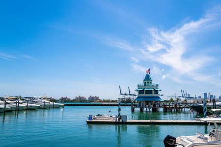 MIAMI BEACH, USA - 2020: Port for yachts in Miami. Marina concept. Ocean life style. 免版税图像