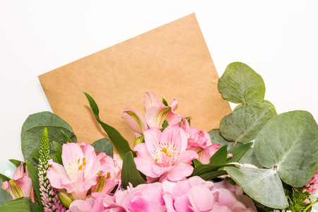 Floral mock-up and empty space for text. Bouquet of pink flowers. Flat lay. Archivio Fotografico