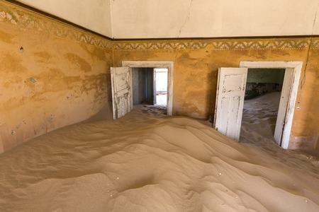 kolmannskuppe: Doors held open by sand