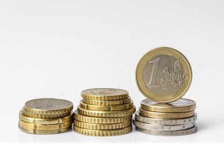 흰색 배경 유로 돈을 격리하는 유로 동전의 스택