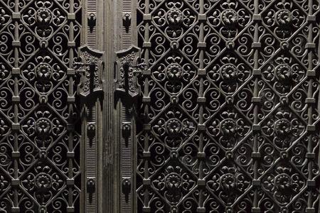 cerrar la puerta: antigua puerta de metal - hermosa decoración
