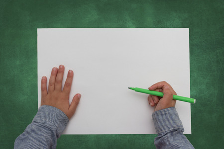 hoja en blanco: ni�o que sostiene cray�n sobre papel en blanco