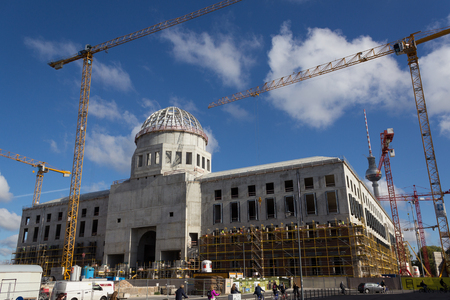 ingenieria industrial: Berlin, Germany September 29, 2015: Construction site of the berlin city palace in Berlin, Germany.