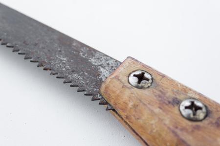 serrucho: Sierra aislado viejo serrucho - sierra vendimia herramienta de primer plano