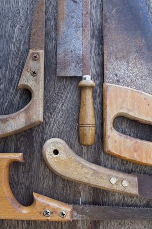 木製ハンドルの古い木製の背景の詳細については古い鋸のこぎりでひける